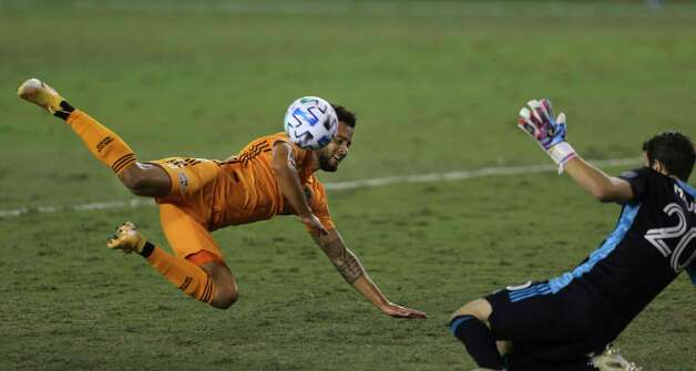 Houston Dynamo midfielder Niko Hansen (12) attempts to score with a header but FC Dallas goalkeeper Jimmy Maurer (20) comes toward him and clears the ball during the second half of a MLS match Wednesday, Oct. 7, 2020, at BBVA Stadium in Houston. Houston Dynamo defeated FC Dallas 2-0. Photo: Yi-Chin Lee, Staff Photographer / © 2020 Houston Chronicle