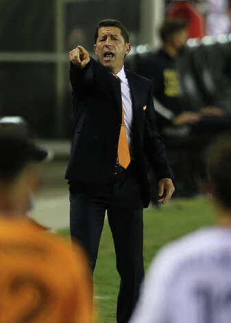 Houston Dynamo head coach Tab Ramos talks to his players during the second half of a MLS match against the FC Dallas Wednesday, Oct. 7, 2020, at BBVA Stadium in Houston. Houston Dynamo defeated FC Dallas 2-0. Photo: Yi-Chin Lee, Staff Photographer / © 2020 Houston Chronicle