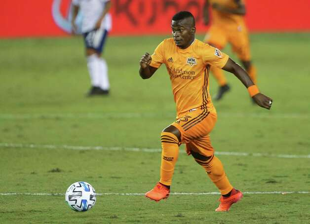 Houston Dynamo forward Darwin Quintero (23) dribbles during the first half of a MLS match against the FC Dallas Wednesday, Oct. 7, 2020, at BBVA Stadium in Houston. Photo: Yi-Chin Lee, Staff Photographer / © 2020 Houston Chronicle