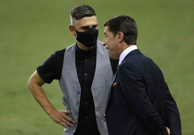 FC Dallas head coach Luchi Gonzalez, left, and Houston Dynamo head coach Tab Ramos talk to each other before the MLS match Wednesday, Oct. 7, 2020, at BBVA Stadium in Houston. Photo: Yi-Chin Lee, Staff Photographer / © 2020 Houston Chronicle