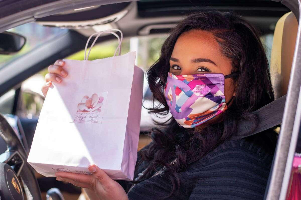 Lauren Randle picks up her Razzle Dazzle swag bag from Tenenbaum Jewelers.