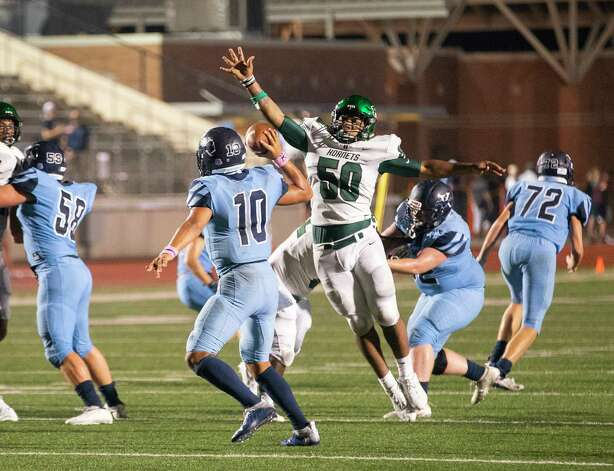 Huntsville's Zakee Fedayeen pressures Kingwood quarterback Jonathan Mendoza during the second half of a game between the Huntsville Hornets and the Kingwood Mustangs on Thursday, Oct. 8, 2020, at George Turner Stadium in Humble. Photo: Mark Mulligan, Staff Photographer / © 2020 Mark Mulligan / Houston Chronicle