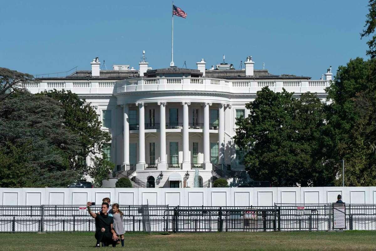 Una familia se toma una fotografía el jueves 8 de octubre de 2020, en el exterior de la Casa Blanca en Washington.
