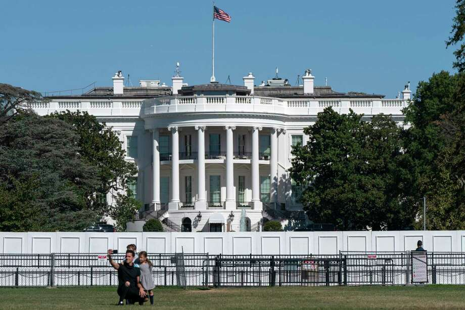 Una familia se toma una fotografía el jueves 8 de octubre de 2020, en el exterior de la Casa Blanca en Washington. Photo: Jacquelyn Martin /Associated Press / Copyright 2020 The Associated Press. All rights reserved.