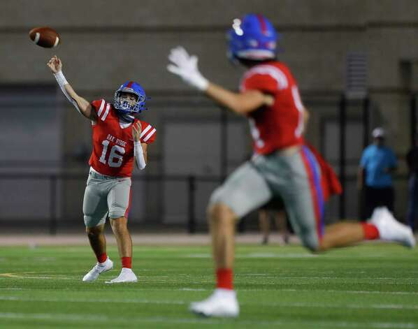 Oak Ridge quarterback Nick Osborne (16) throws a 33-yard touchdown pass to wide receiver Landon Lightsey (14) during the second quarter of a non-district high school football game at Woodforest Bank Stadium, Thursday, Oct. 8, 2020, in Shenandoah. Photo: Jason Fochtman, Staff Photographer / 2020 © Houston Chronicle