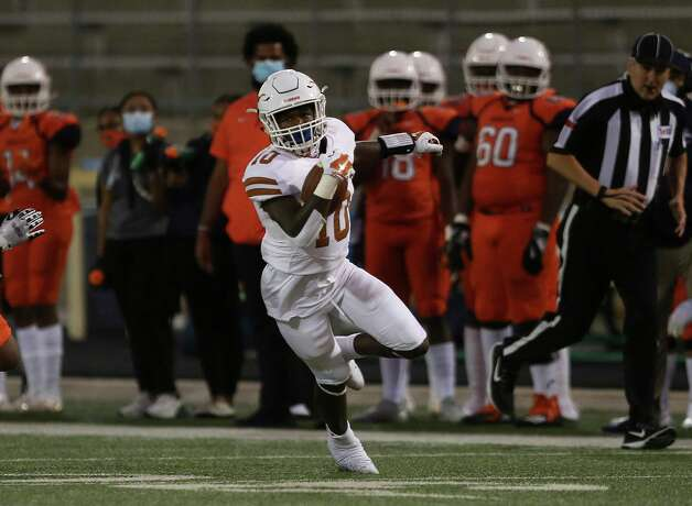 Dobie Longhorns running back Johnathan Baldwin runs the ball during the first quarter of the game against Bush Broncos Friday, Oct. 9, 2020, at Hall Stadium in Missouri City. Photo: Yi-Chin Lee, Staff Photographer / © 2020 Houston Chronicle