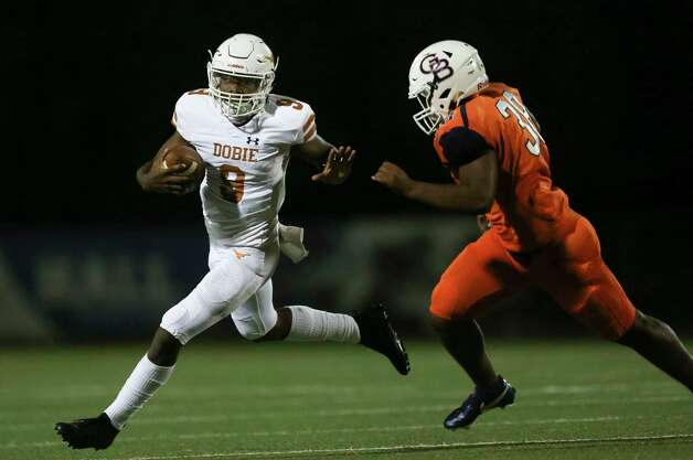 Dobie Longhorns quarterback Cameron Gray runs the ball while Bush Broncos linebacker Allen Aldridge III is trying to stop him during the second quarter of the game Friday, Oct. 9, 2020, at Hall Stadium  in Missouri City. Photo: Yi-Chin Lee, Staff Photographer / © 2020 Houston Chronicle