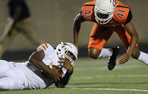 Dobie Longhorns quarterback Cameron Gray recovers a fumble during the first quarter of the game against Bush Broncos Friday, Oct. 9, 2020, at Hall Stadium in Missouri City. Photo: Yi-Chin Lee, Staff Photographer / © 2020 Houston Chronicle