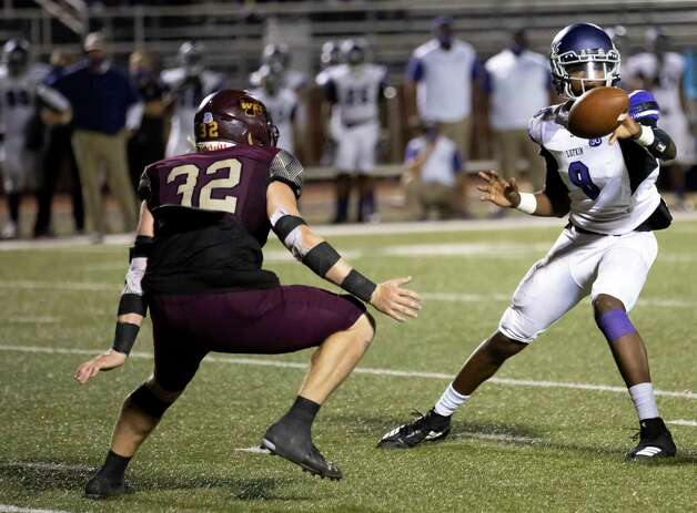 Magnolia West linebacker Kade Dunlap (32) rushes toward Lufkin defensive back Bryce Owens (8) before he passes the ball during the fourth quarter of a District 8-5A (Div. I) play at Mustang Stadium in Magnolia, Friday, Oct. 9, 2020. Photo: Gustavo Huerta, Staff Photographer / 2020 © Houston Chronicle