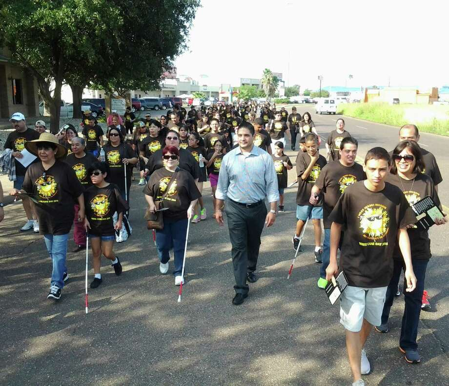 """ARCHIVO— Con la finalidad de crear conciencia sobre los problemas visuales que enfrentan algunos miembros de la comunidad el sábado por la mañana se realizó una caminata en comemoración al """"White Cane Day 2014"""" (Día del Bastón Blanco). Photo: Foto De Cortesía /Irasema Ramírez"""