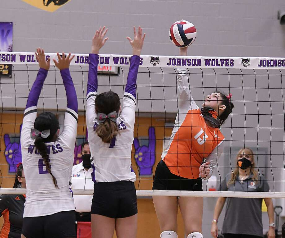 Samantha Martinez and the Lady Longhorns stayed perfect on the year as they defeated LBJ on Saturday. Photo: Cuate Santos /Laredo Morning Times / Laredo Morning Times
