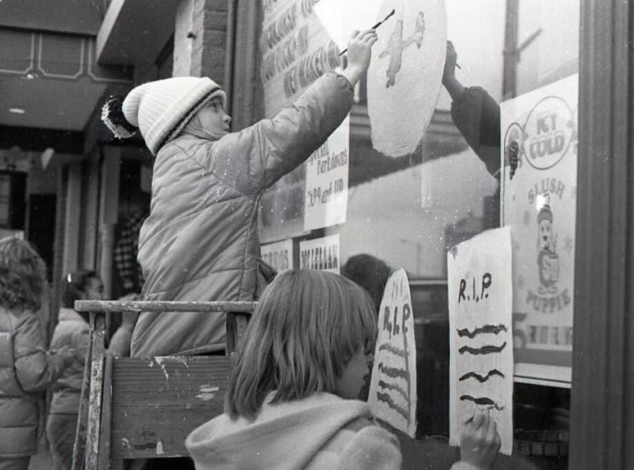 Children from around Manistee County participate in the Halloween Window Painting Contest on River Street on Oct. 25, 1980. Photo: (Manistee County Historical Museum Photo)