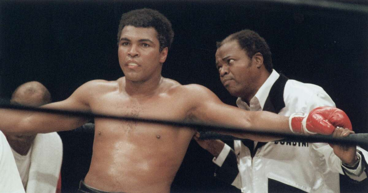 Muhammad Ali stands between rounds next to cornerman Drew Bundini Brown during the heavyweight championship against Earnie Shavers at Madison Square Garden on September 29, 1977 in New York, New York. (Photo by Robert Riger/Getty Images)