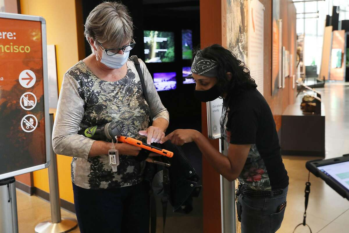 Sone Saverio (right) assists Laurie Gordon during an operations training session at the museum Monday.