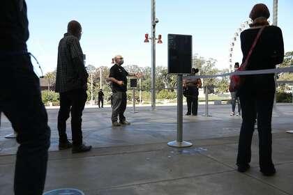 Carl Lieber (au centre), Senior Manager Guest Experience, conduit une opération de formation à l'exposition, à la California Academy of Sciences le lundi 12 octobre 2020 à San Francisco, Californie.