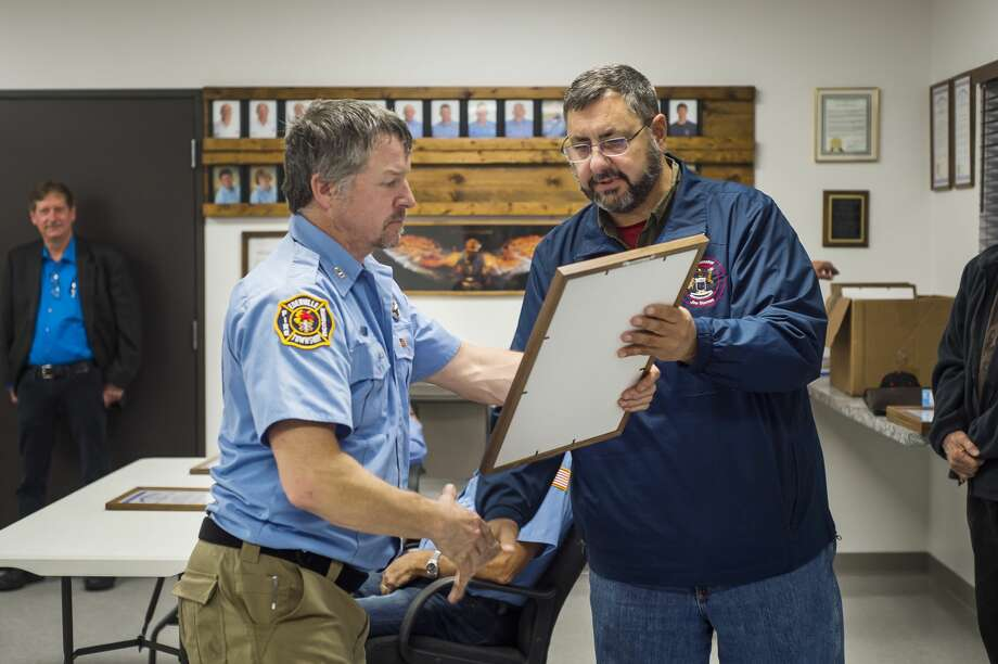 State Sen. Jim Stamas hands a certificate of thanks to Scott Nohel of the Edenville Township Fire Department during a ceremony Monday, Oct. 12, 2020 in honor of the department's efforts during the May 19 dam failures. (Katy Kildee/kkildee@mdn.net) Photo: (Katy Kildee/kkildee@mdn.net)