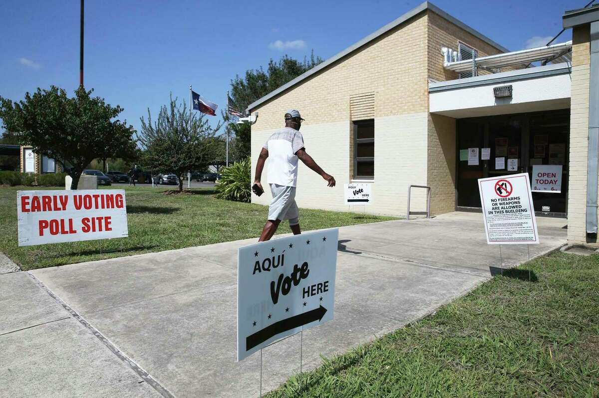 Whiles lines snake around the street at some polling places, voters have no wait at the Frank Garrett Multi-Service Center at 1226 NW 18th St.