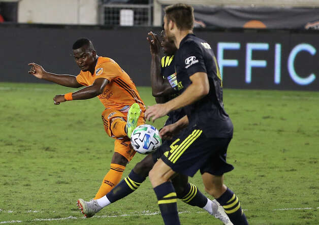 Houston Dynamo forward Darwin Quintero (23) takes a shot at the goal during the second half of a MLS game against the Nashville SC Wednesday, Oct. 14, 2020, at BBVA Stadium in Houston. Houston Dynamo lost to Nashville SC 3-1. Photo: Yi-Chin Lee, Staff Photographer / © 2020 Houston Chronicle