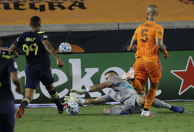 Houston Dynamo goalkeeper Marko Maric (1) gets the ball away from Nashville SC forward Jhonder Cadiz (99) during the second half of a MLS game Wednesday, Oct. 14, 2020, at BBVA Stadium in Houston. Houston Dynamo lost to Nashville SC 3-1. Photo: Yi-Chin Lee, Staff Photographer / © 2020 Houston Chronicle