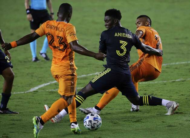 Houston Dynamo forward Mauro Manotas (9) passes the ball to forward Darwin Quintero (23) during the second half of a MLS game against the Nashville SC Wednesday, Oct. 14, 2020, at BBVA Stadium in Houston. Houston Dynamo lost to Nashville SC 3-1. Photo: Yi-Chin Lee, Staff Photographer / © 2020 Houston Chronicle