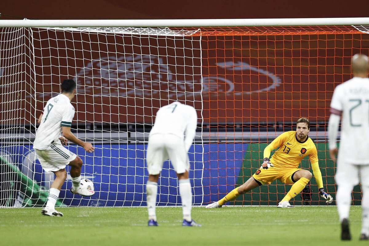 Con un gol de tiro penal en el segundo tiempo, anotado por el delantero Raúl Jiménez (izq.), la selección mexicana de fútbol venció el miércoles a Holanda en un partido amistoso disputado en Amsterdam.