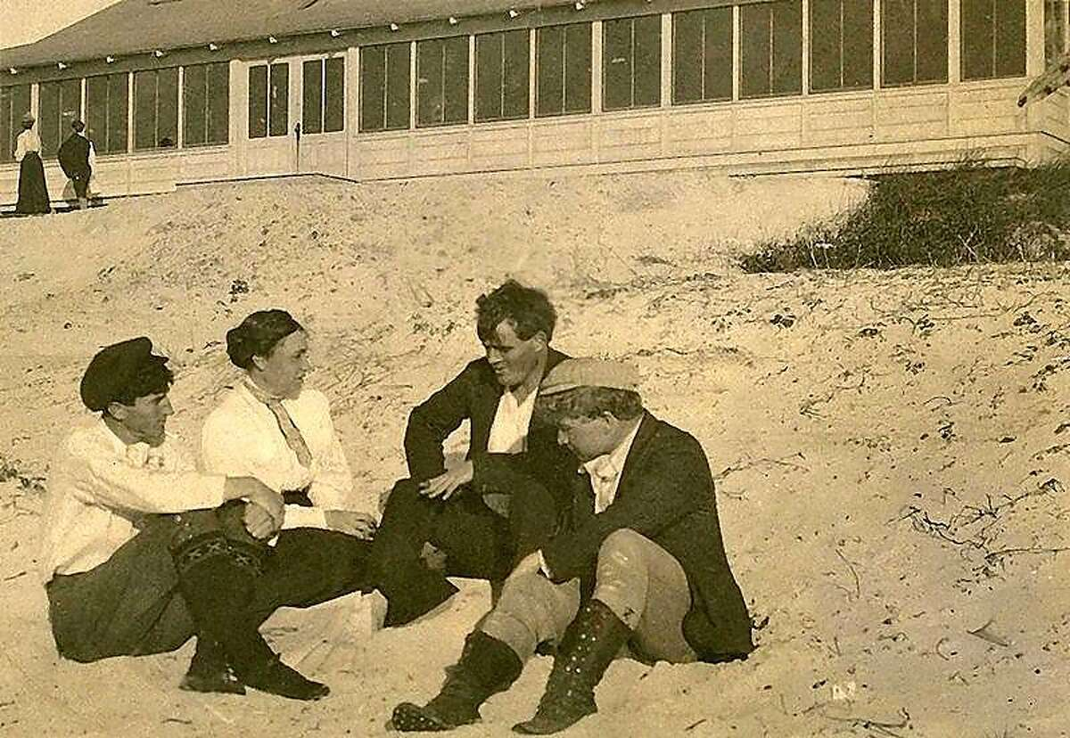 Poet George Sterling (left) with authors Mary Austin, Jack London and journalist Jimmy Hopper.