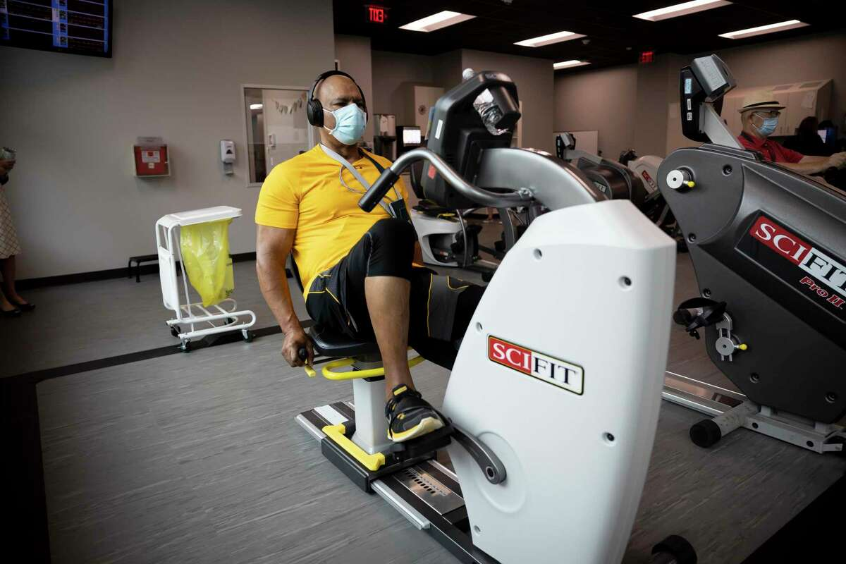 Michael Veasey works out at Memorial Hermann The Woodland's cardiac workout facility, Thursday, Oct. 15, 2020.