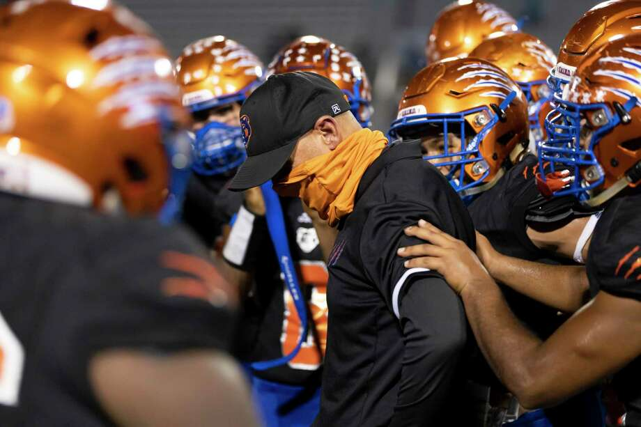 Grand Oaks head coach Mike Jackson is embraced by his team after his 200th win at Moorhead Stadium in Conroe on Thursday, Oct. 15, 2020. Photo: Gustavo Huerta, Houston Chronicle / Staff Photographer / 2020 © Houston Chronicle