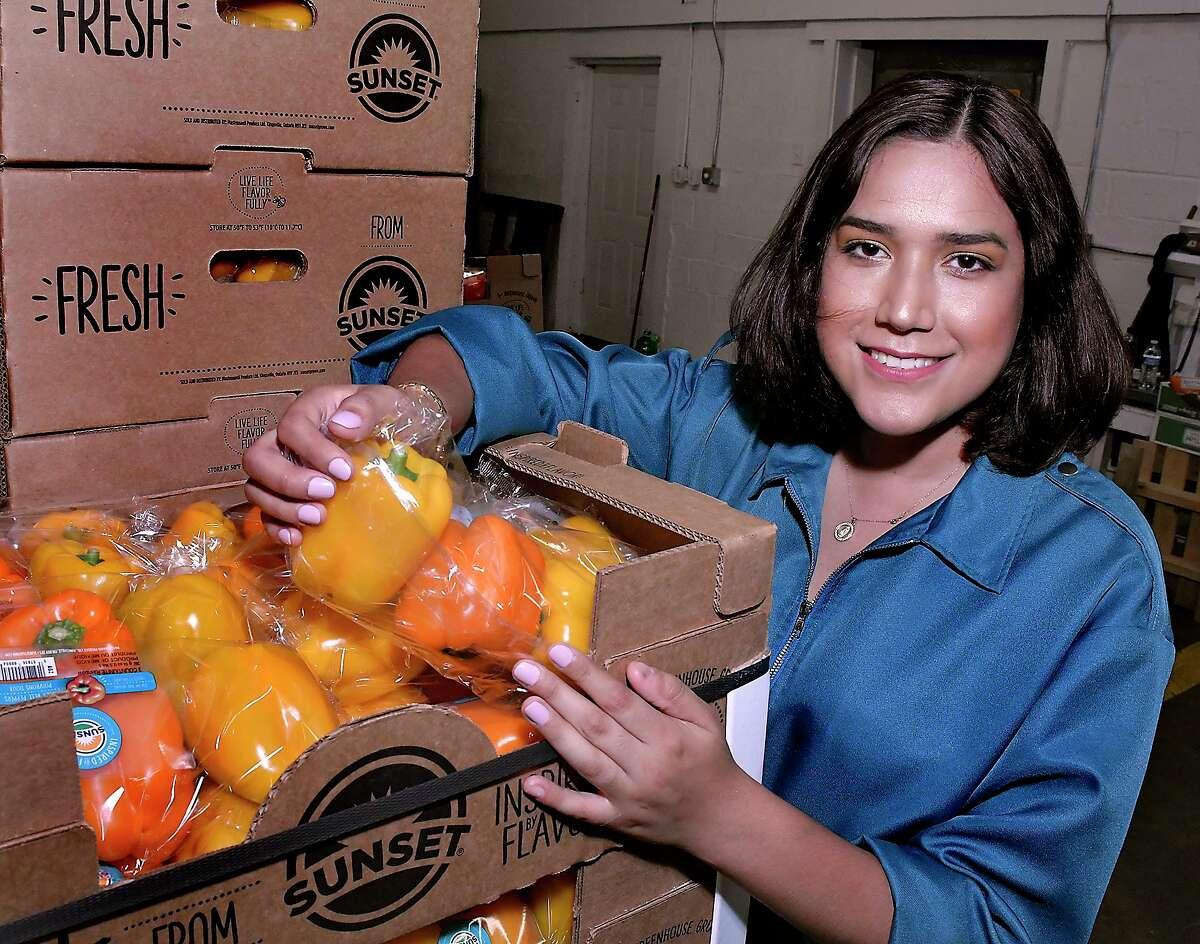 ARCHIVO- La directora ejecutiva de Laredo Regional Food Bank Carmen García-Arévalo, posa para una fotografía con una caja de vegetales en las instalaciones del banco, el jueves 4 de junio de 2020.