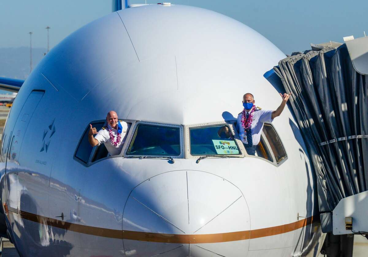 United B777 pilots at SFO celebrate the relaxation of Hawaii quarantine rules, replaced by COVID-19 tests.