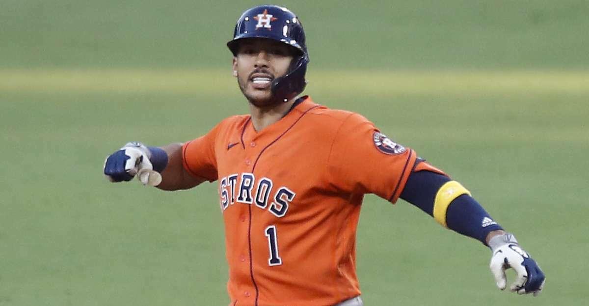Carlos Correa celebra durante el juego que los Astros ganaron el viernes 7-4 sobre los Rays de Tampa Bay Rays en el PETCO Park de San Diego, California.