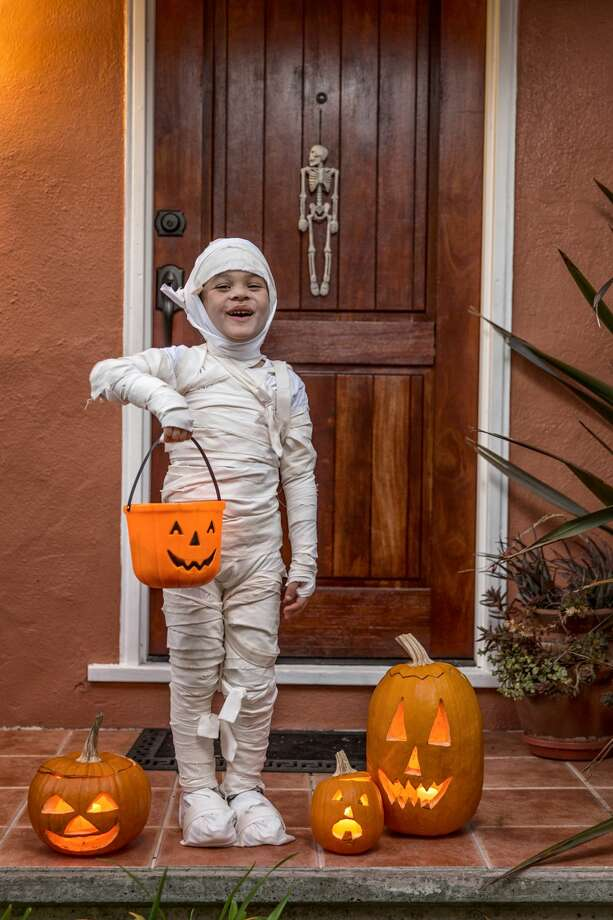 A mummy decor can add to the fun of trick-or-treating in the neighborhood. Photo: Jason Doiy