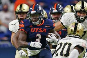 UTSA RB Sincere McCormick breaks loose for a long gain on first play from scrimmage. Army v UTSA at the Alamodome on Saturday, October 17, 2020. First half score is UTSA 10 Army 14