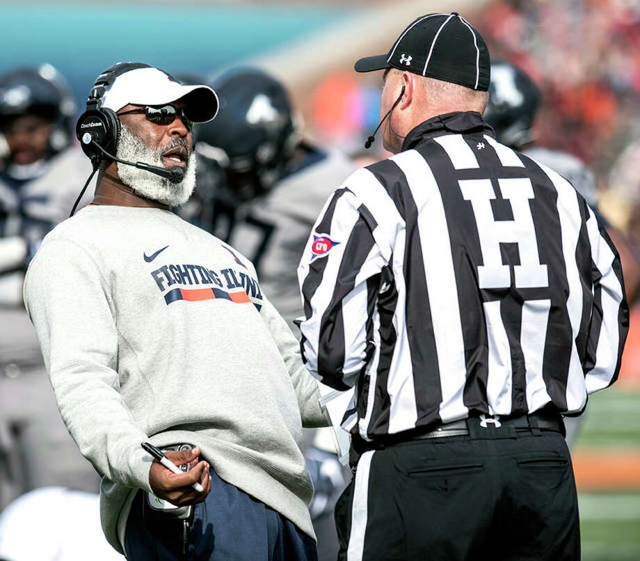 Illinois head coach Lovie Smith, left, reacts to an officials call during a 2018 game. Smith and the Illini will begin the delayed Big 10 season Friday at Wisconsin. Photo: AP Photo