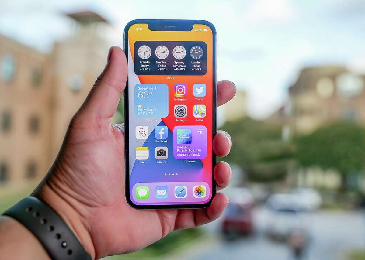 With the iPhone 12 family, Apple has officially (and expectedly) entered the 5G race. The iPhone 12 Pro can connect to sub-6 and mmWave 5G in the US.