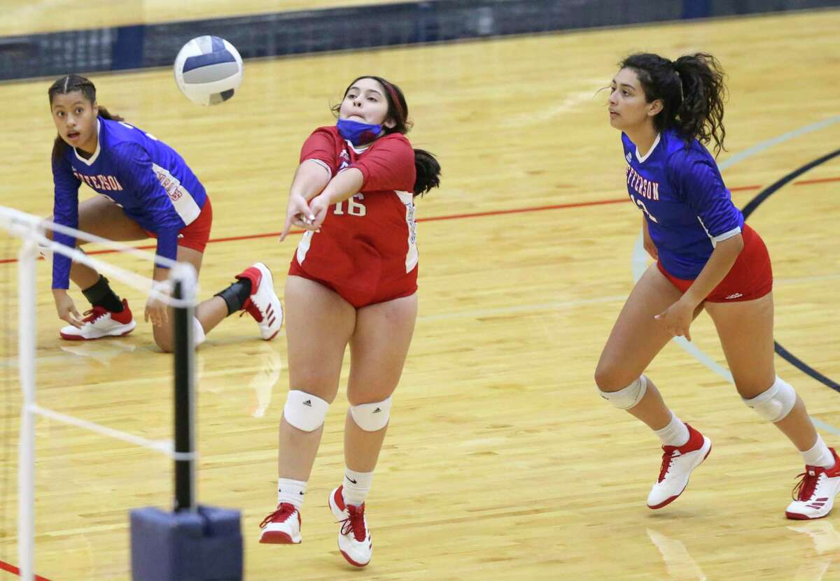 Mustang libero Margarita Escalera pulls out a dig as Highlands beats Jefferson 3-0 in volleyball at Alamo Convocation Center on Oct.20, 2020.