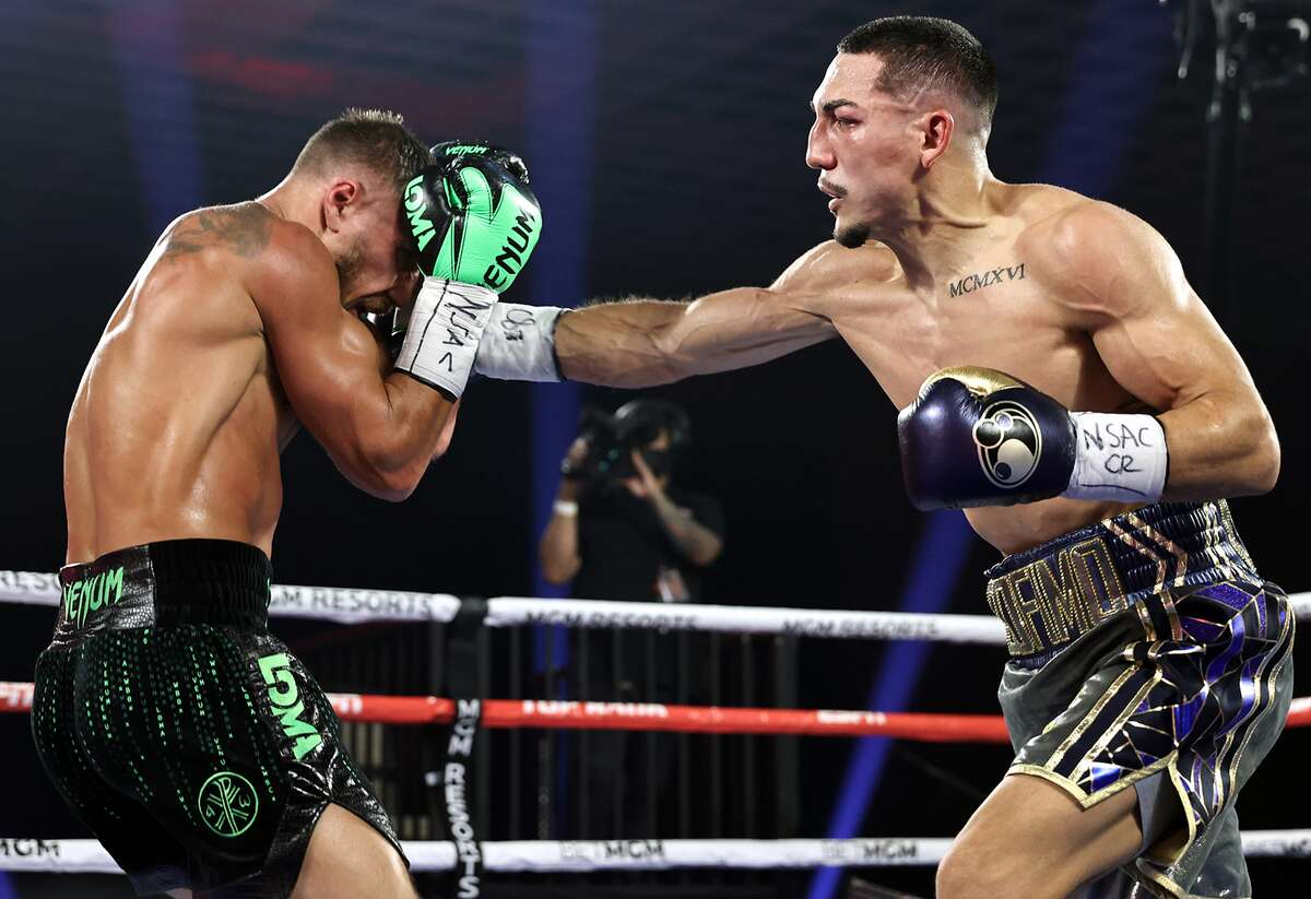 En esta foto del sábado 17 de octubre de 2020, Teófimo López (der.) conecta un golpe a Vasiliy Lomachenkodurante la pelea por el peso ligero en el MGM Grand Garden Arena de Las Vegas, Nevada.