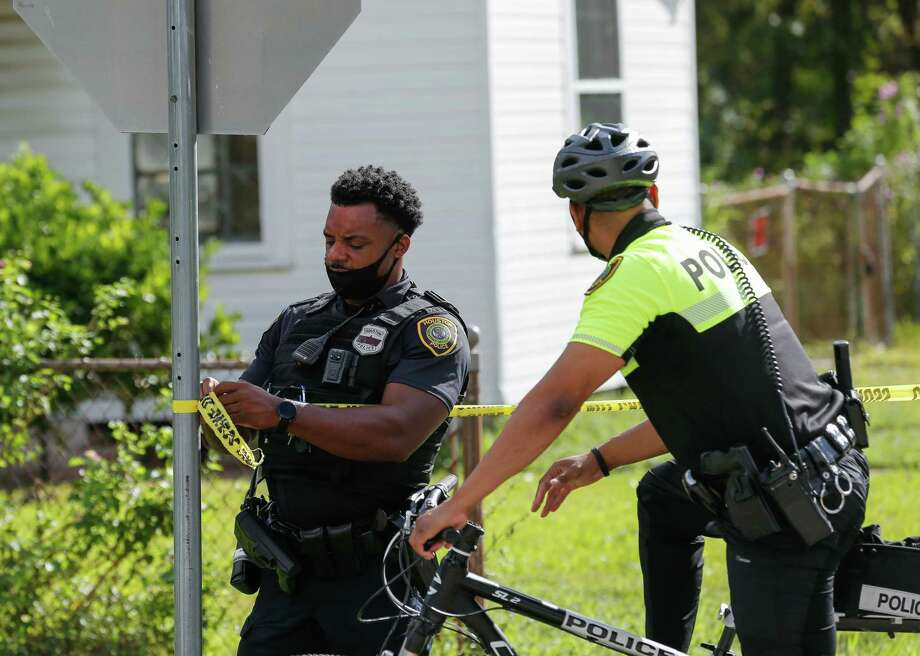 A Houston Police officer takes down crime tape from a scene where a dead body was found, on 3200 block of Francis Street, Friday, Oct. 23, 2020, in Houston. Photo: Godofredo A. Vásquez, Staff Photographer / © 2020 Houston Chronicle