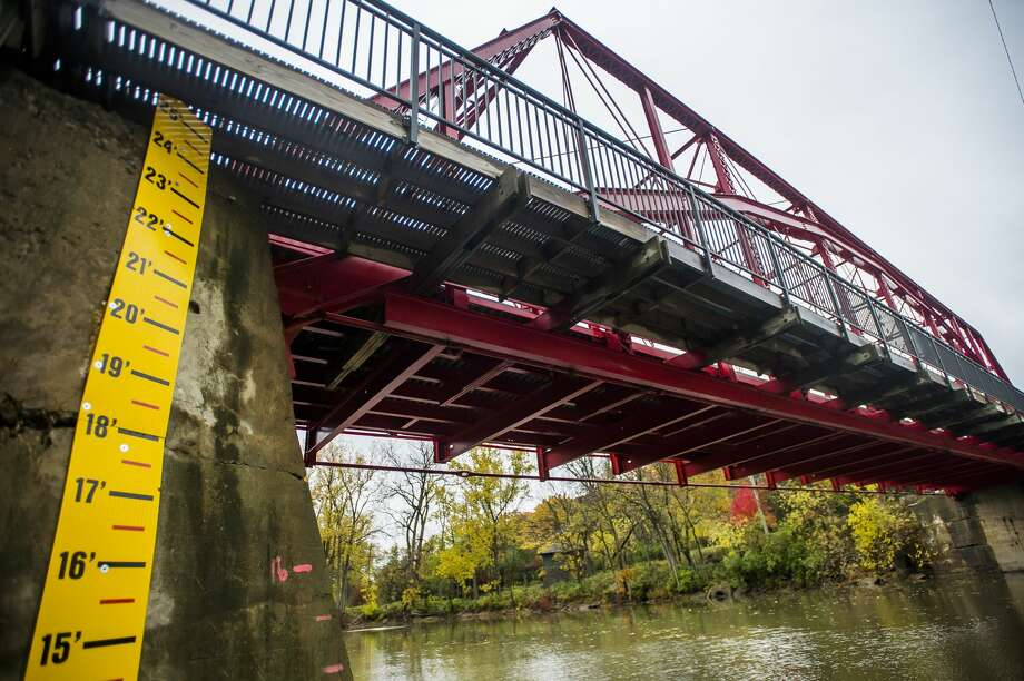 A newly installed river gauge is posted underneath the Currie Parkway Bridge in Midland Thursday, Oct. 22, 2020. (Katy Kildee/kkildee@mdn.net) Photo: (Katy Kildee/kkildee@mdn.net)