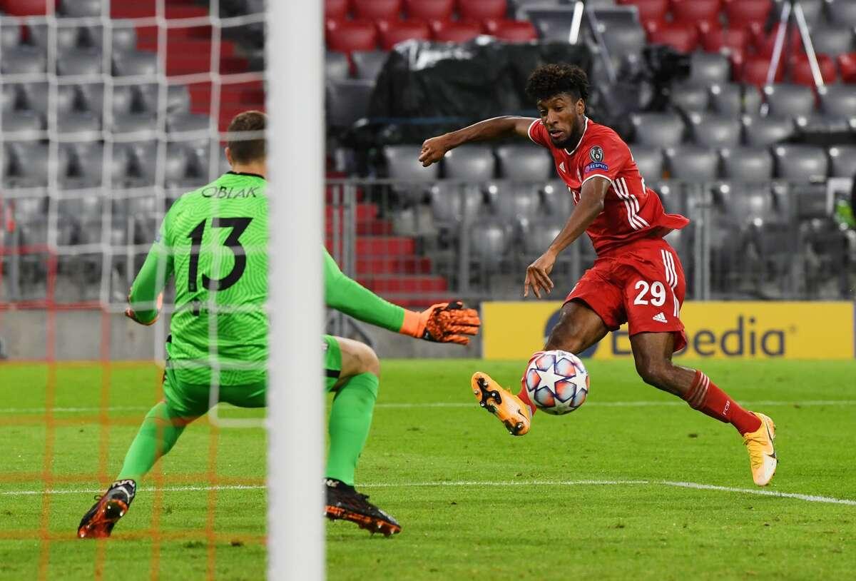 El delantero francés Kingsley Coman (der.) remata frente al portero esloveno Jan Oblak y anota durante la goleada 4-0 del Bayern Munich frente al Atlético de Madrid en partido por el Grupo A de la Champions League el 21 de octubre de 2020 en Alemania.