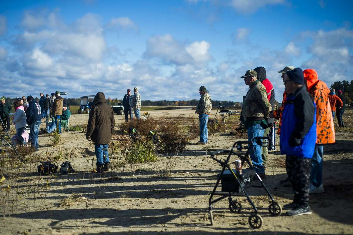 A group of volunteers led by Mike Oberloier of Beaverton work to remove a steam-powered shovel from the 1920s from the lakebed of Wixom Lake Saturday, Oct. 24, 2020 in Hope. (Katy Kildee/kkildee@mdn.net)