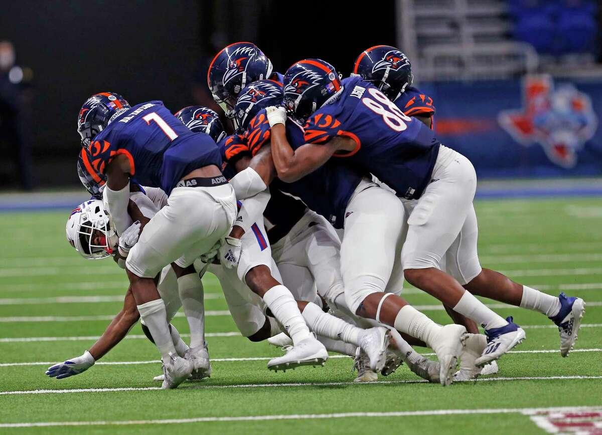 Louisiana Tech WR Isaiah Graham is ganged tackled by UTSA defenders. UTSA Louisiana Tech on October 24, 2020 at the Alamodome. Halftime score UTSA 6 Louisiana Tech 19