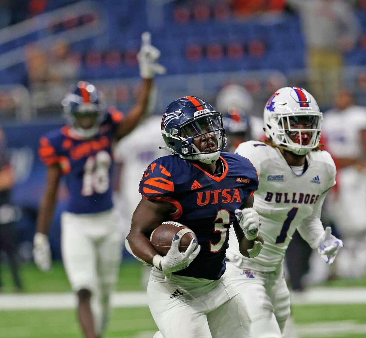 UTSA RB Sincere McCormick scores the winning touchdown on October 24, 2020 at the Alamodome. Final Score score UTSA 27 Louisiana Tech 26