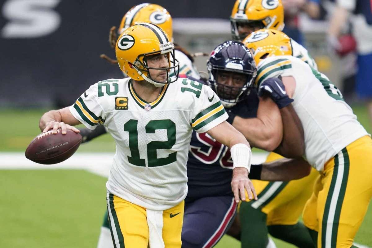 El quarterback de los Packers de Green Bay, Aaron Rodgers, lanza el balón en el juego ante los Texans en Houston el domingo 25 de octubre de 2020.