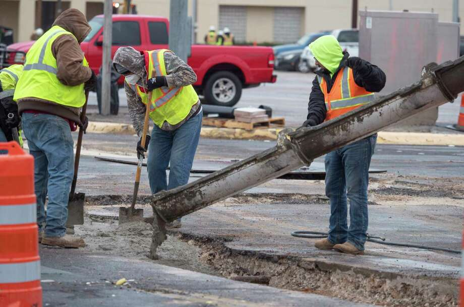 Workers bundle up 10/26/2020 doing work at the intersection of A Street and Texas as temperatures hovered around the freezing point. Tim Fischer/Reporter-Telegram Photo: Tim Fischer, Midland Reporter-Telegram