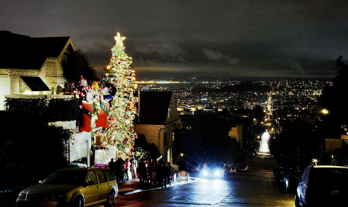 The view looking east on 21st Street of Tom Taylor and Jerome Goldstein's Christmas display in 2005.