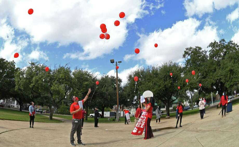 Valdez High School students and staff release red balloons with a note during Red Ribbon Week signifying their release of their doubts and addiction on Monday, October 26. Photo: Christian Alejandro Ocampo / Laredo Morning Times