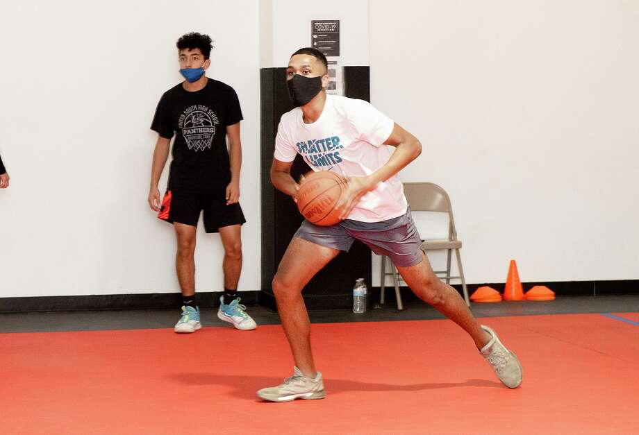 The United South High School basketball team practices, Thursday, Oct. 1, 2020, at a private basketball court. Photo: Danny Zaragoza /Laredo Morning Times