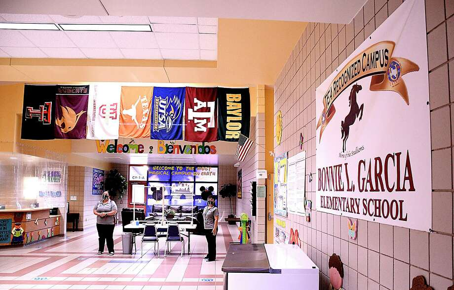 Staff at Bonnie Garcia Elementary were on hand to welcome students, Monday, Aug. 24, 2020, as United ISD started the 2020-21 school year. Photo: Cuate Santos /Laredo Morning Times / Laredo Morning Times