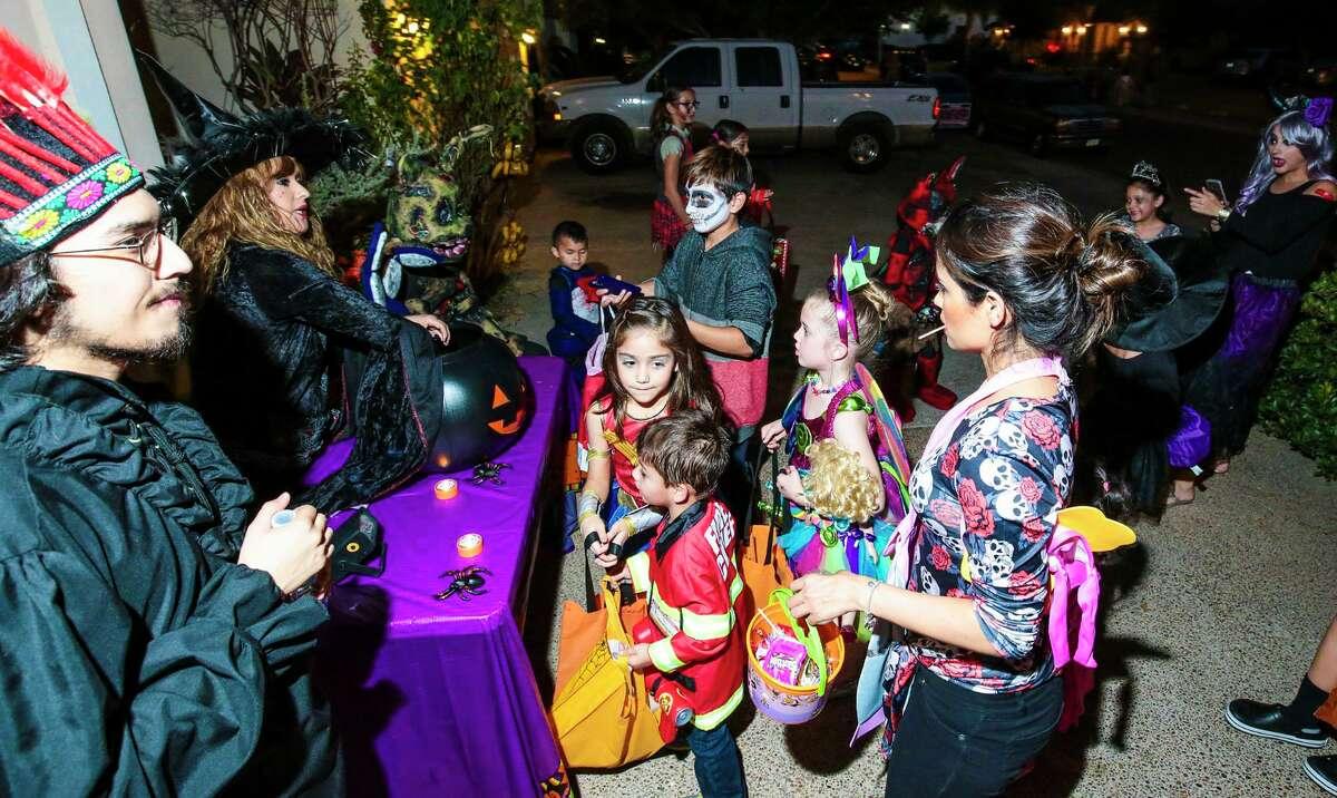 ARCHIVO- Niños esperan en línea para recibir dulces en un hogar de Alexander Estates durante la noche de Halloween, el 31 de octubre de 2016.